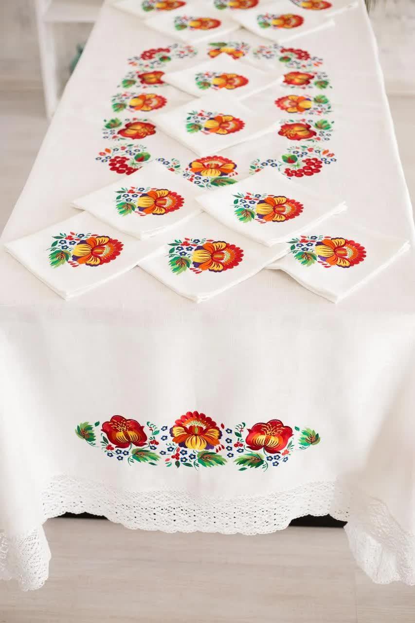 стол со скатертью