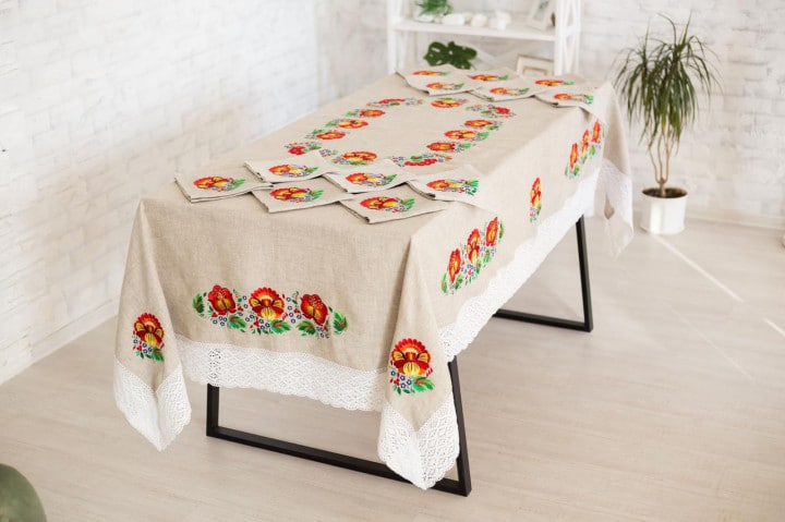 set of tablecloths with napkins