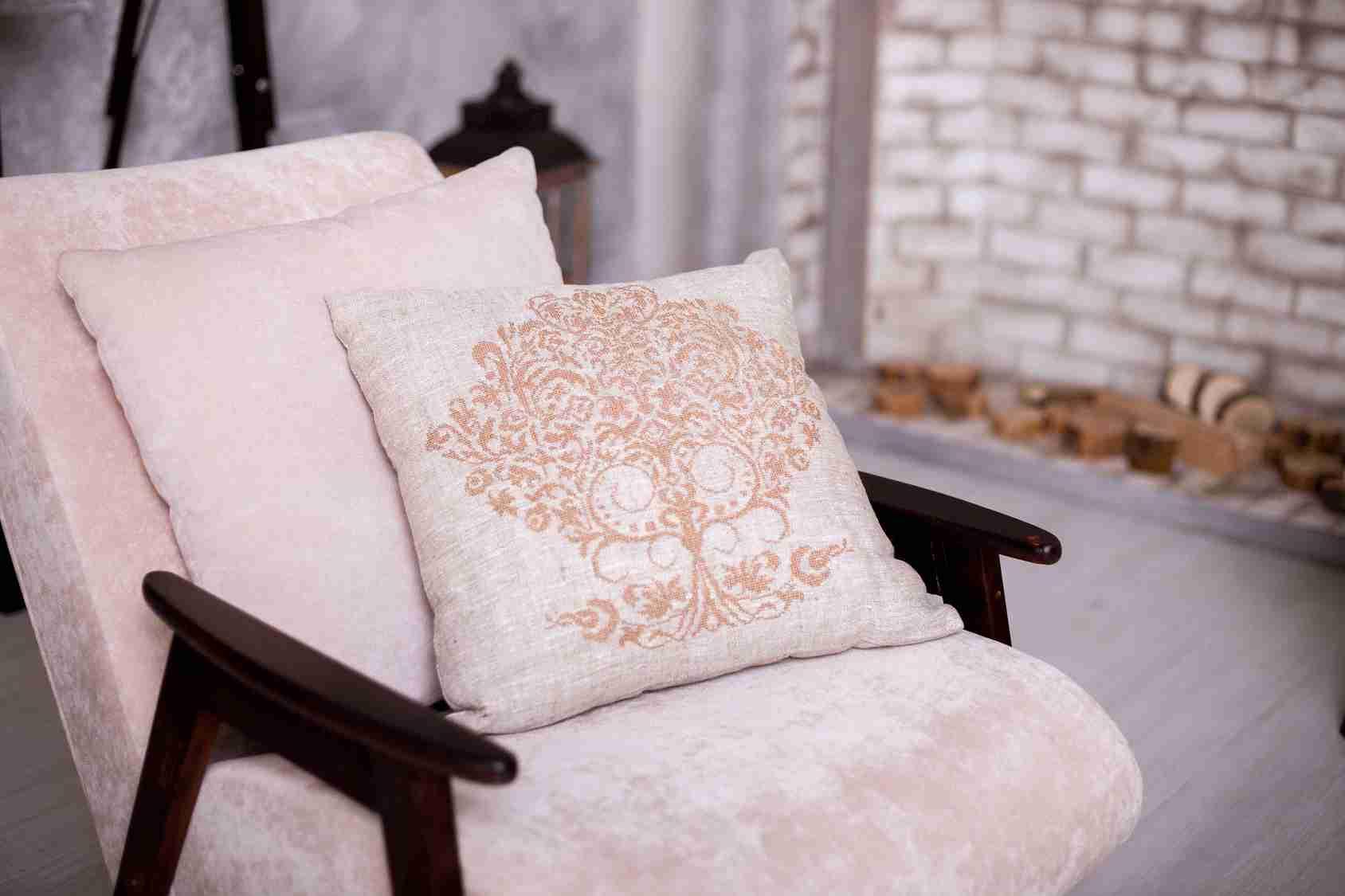 льняная подушка с вышивкой