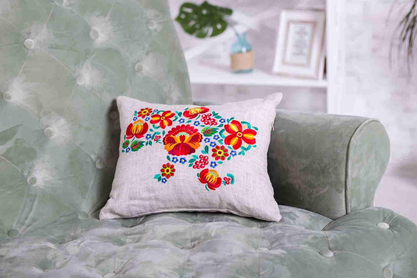 подушки з машинною вишивкою