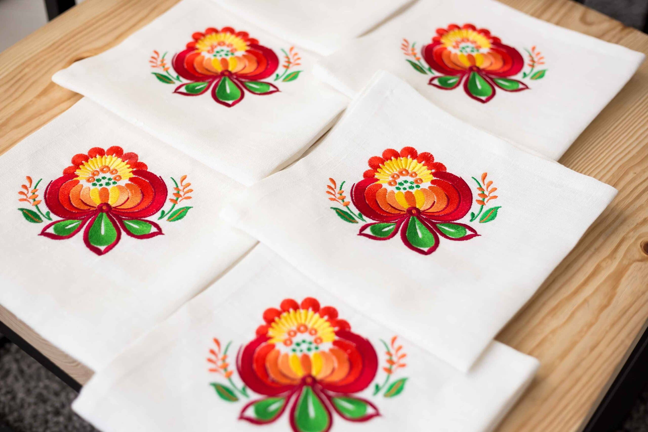 how to decorate the table napkins