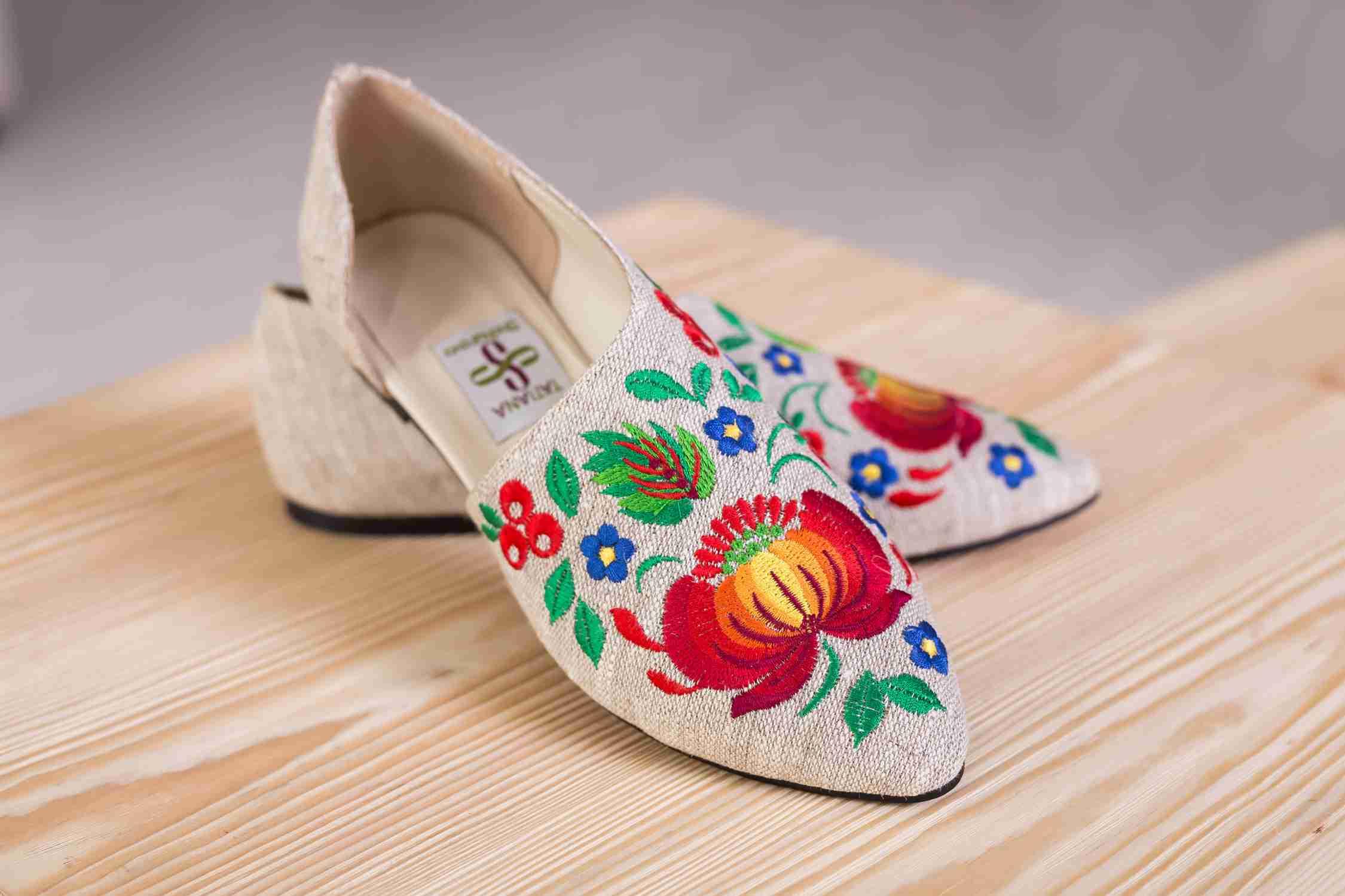 стильные туфли с вышивкой
