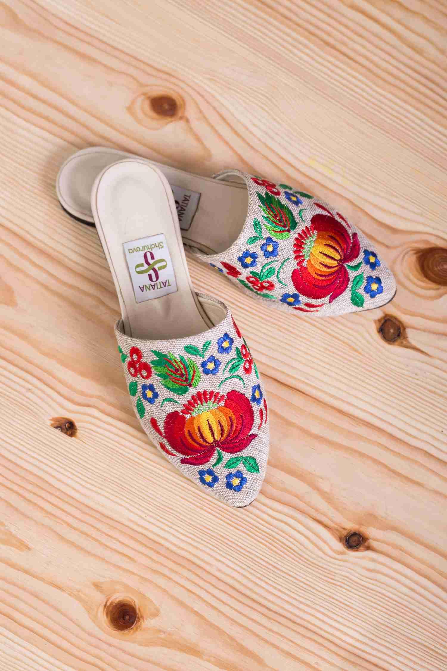 взуття з квітковою вишивкою