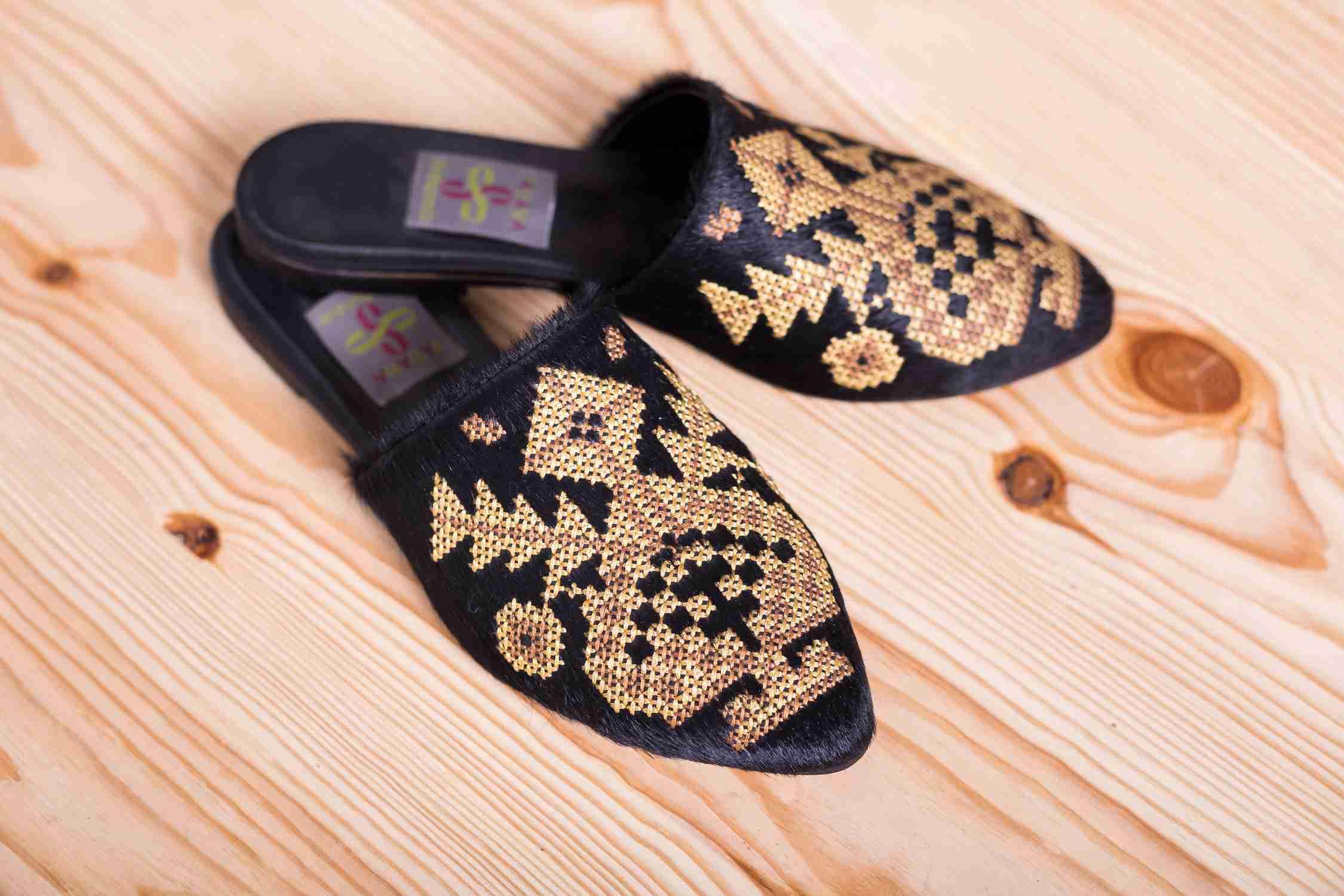чорні туфлі з вишивкою