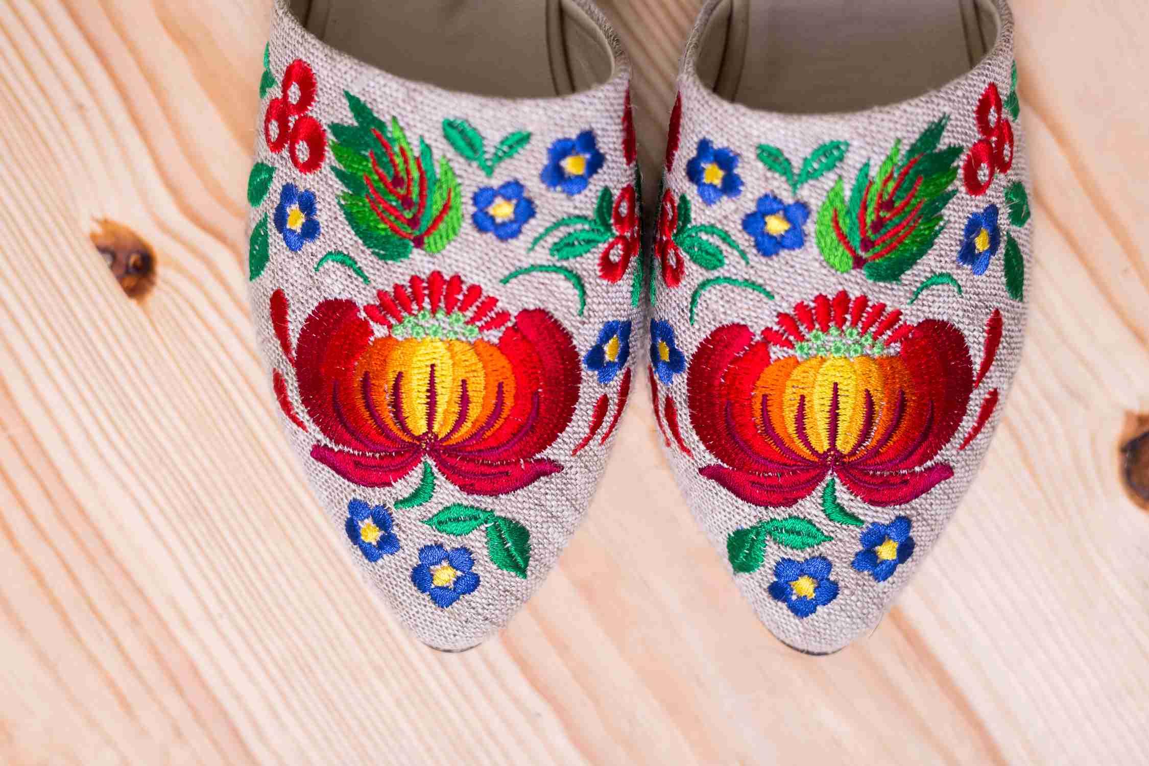 белые туфли с вышивкой
